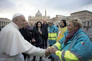 Visita sorpresa del Papa Francisco al ambulatorio solidario frente a la Basílica de San Pedro