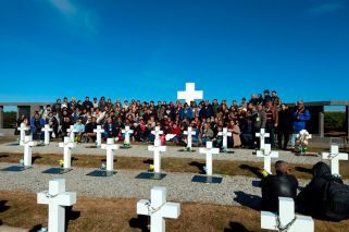 Families of fallen Malvinas soldiers visit graves at Darwin Cemetery