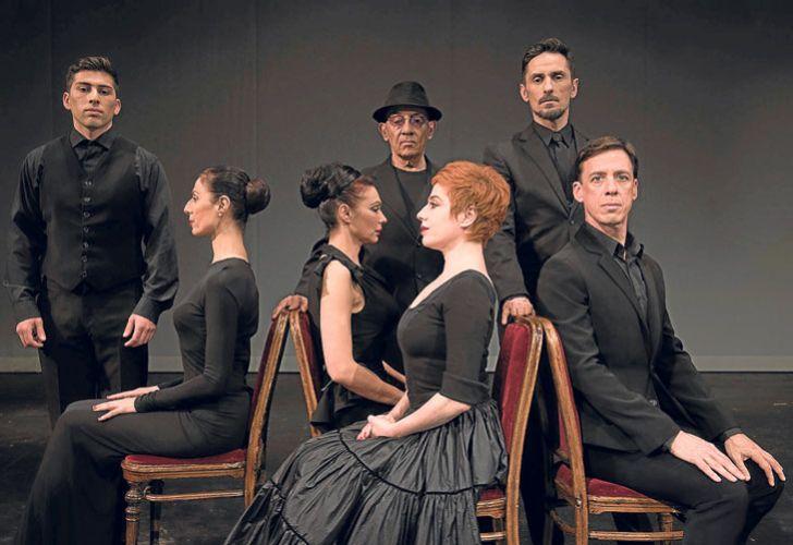 Estética. Todo el elenco de Cinelandia con el vestuario diseñado en negro por Pablo Ramírez.