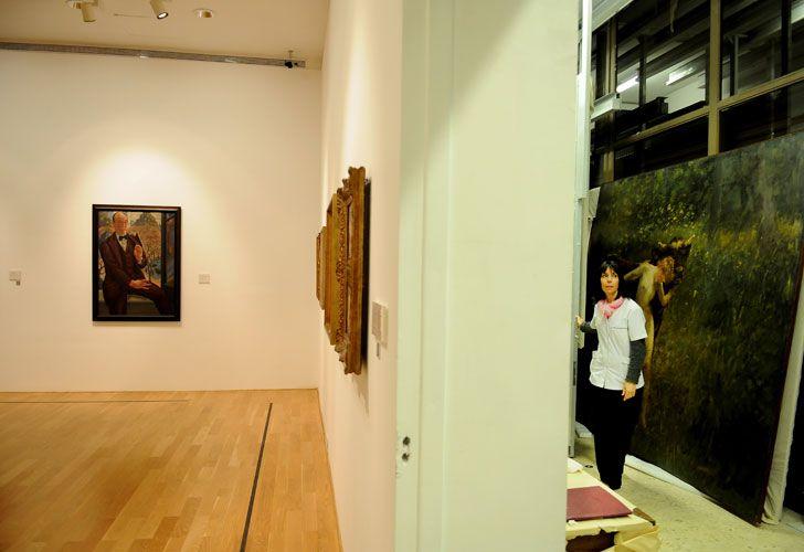 El museo tiene las colecciones más importantes del país, pero sólo exhibe el 10%. Una recorrida por las diferentes áreas para ver el trabajo puertas adentro.