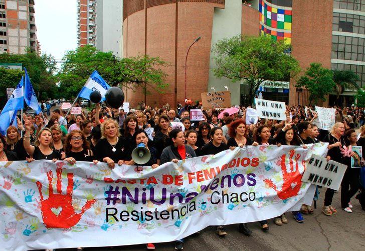 Resistencia: Miles de mujeres vestidas de negro,al grito de 'Ni una menos, vivas nos queremos' tomaron las calles de la capital chaqueña en su primer paro contra la violencia de género y los femicidios.