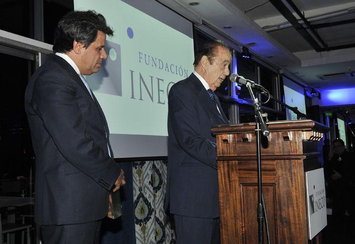 Alberto Fonbtevecchia recibe su distinción de manos de Facundo Manes, presidente de la Fundación INECO.