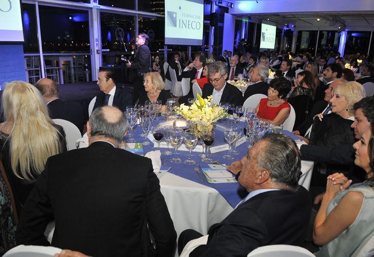 Alberto Fonbtevecchia junto a su esposa y a las conductoras Mirtha Legrand y Susana Giménez, en la 6° cena anual de Recaudación de Fondos de la Fundación INECO.