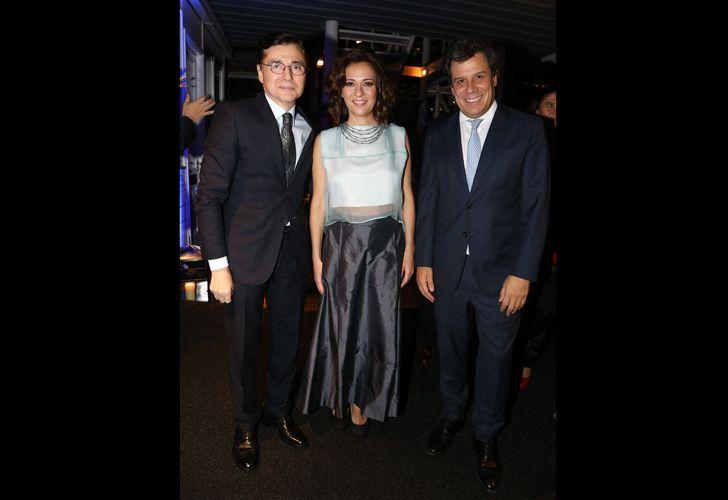 El CEO de Editorial PERFIL, Jorge Fontevecchia, junto a Facundo Manes y su esposa Josefina.