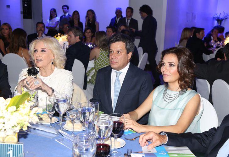 Mirtha Legrand junto al presidente de la Fundación INECO, Facundo Manes, y su esposa Josefina.