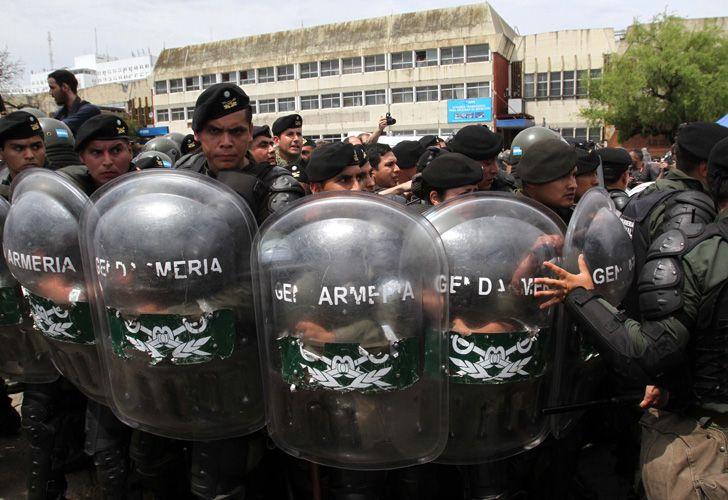 El fuerte operativo en los tribunales de Retiro fue criticado por el kirchnerismo.