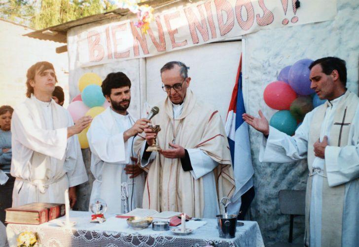COMPROMISO. Los modestos altares en los que solía oficiar misa en las villas de Buenos Aires, como parte de su impulso a la religiosidad popular.