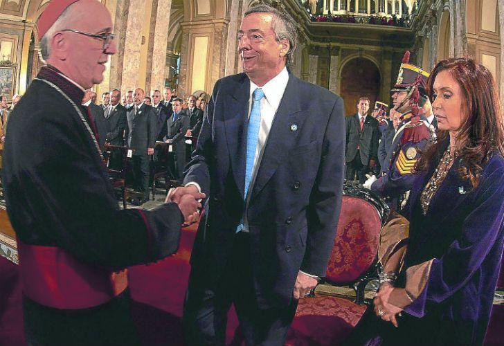 Francisco junto al matrimonio Kirchner, cuando aún era arzobispo y antes de que Cristina descubriera sus virtudes.