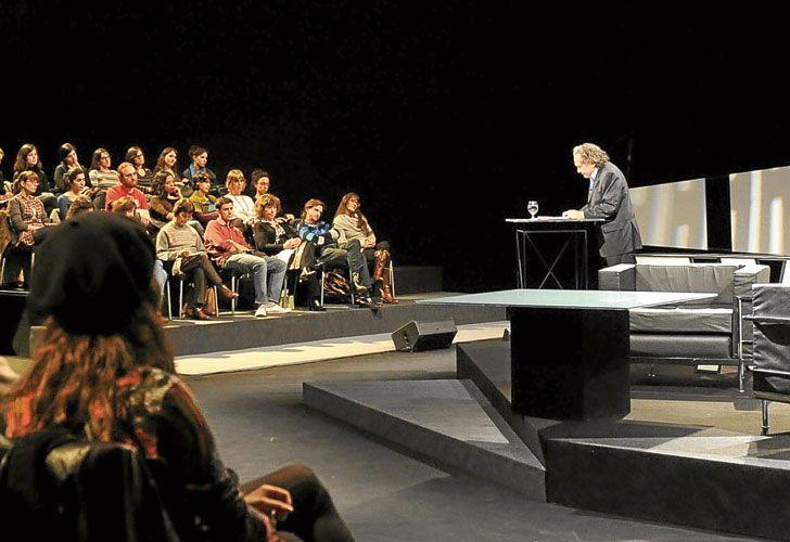 Momentos. Arriba: en uno de los programas televisivos en los que enseñó sobre Borges.