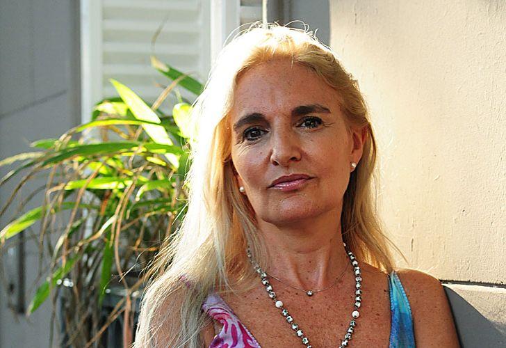 Todo terreno. Silvia en su programa radial. Y en una imagen con sus hijas con quienes, dice, de a poco retomó contacto.
