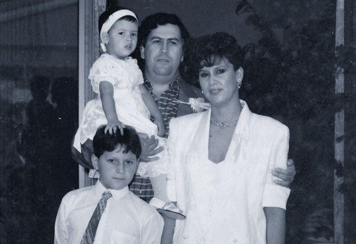 Familia y ficcion. El autor junto a su hermana, su madre y Pablo Escobar. Las ficciones que retrataron su vida fueron tan fantasiosas, que decidió salirles al cruce.