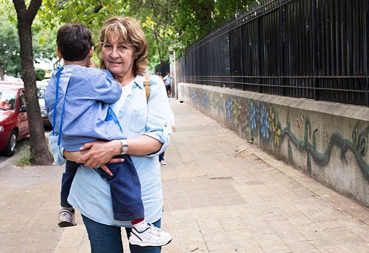 Salita azul. Mateus, a la salida del jardín, con su abuela Silvia. El nene estuvo grave los primeros meses pero ya no tiene secuelas.
