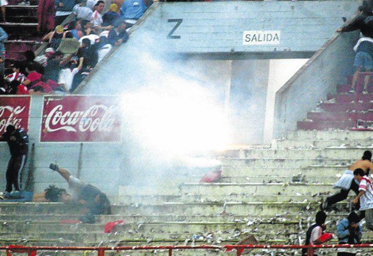 Sangre y cemento. El primer muerto en una cancha fue en 1922, en Sportivo Barracas. El último sucedió en el estadio Mario Kempes, de Córdoba, durante el clásico Belgrano-Talleres. Las víctimas en las tribunas argentinas ya son 318. Ningún proyecto atenuó la violencia.