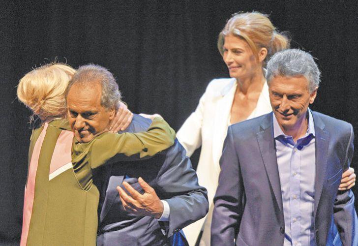 Scioli y Karina: abrazo al terminar el debate con Macri.