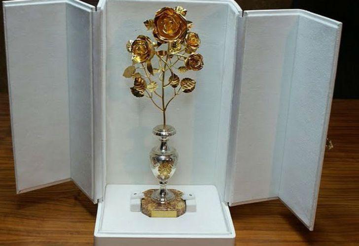 El papa ofrendó una rosa de oro a la Virgen de Fátima.