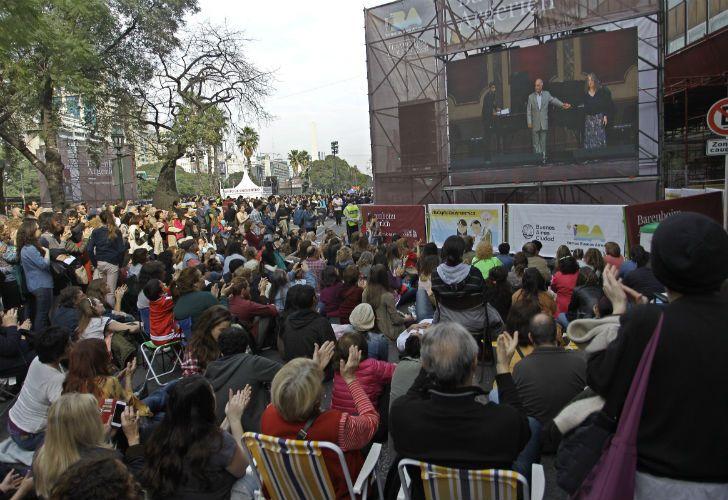Cientos de personas colmaron este sábado la plaza del Vaticano, ubicada al lado del teatro Colón.