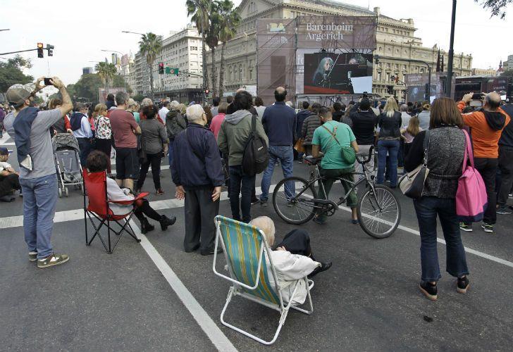 Para el concierto, se dispusieron de unas 500 sillas ubicadas frente al escenario, varias de las cuales se sortearon a través de redes sociales.