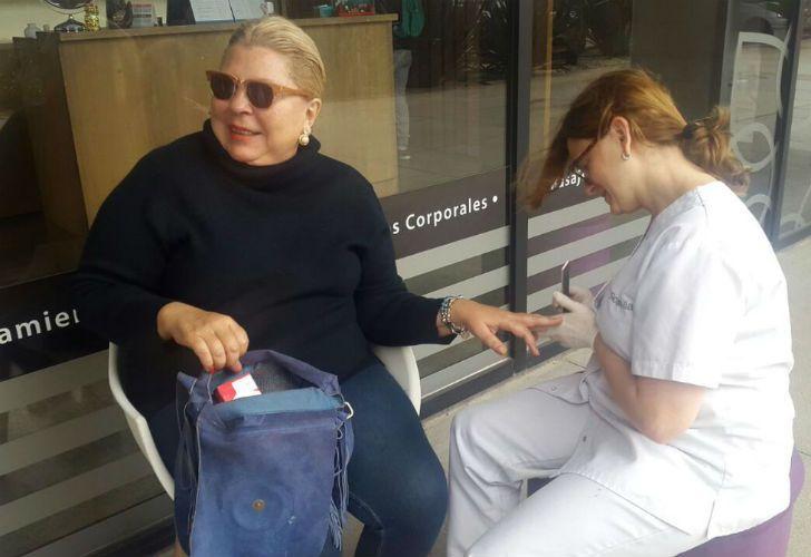 La diputada Elisa Carrió decidió arreglarse las uñas durante el sábado.