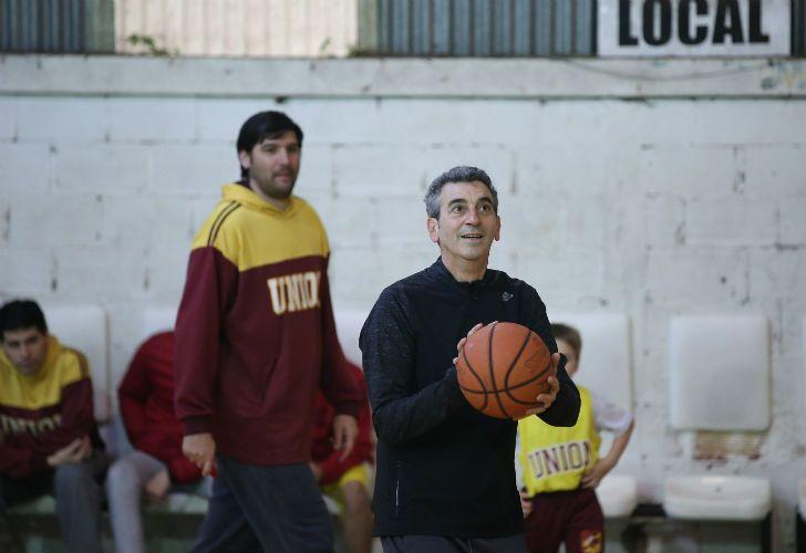 El primer candidato a senador nacional por el frente cumplir, Florencio Randazzo, pasó el día en familia y jugó al básquet.