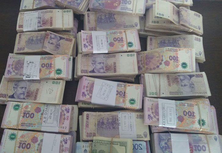 El suboficial retirado escondía 750 mil pesos con fajas bancarias en el altillo de su casa.