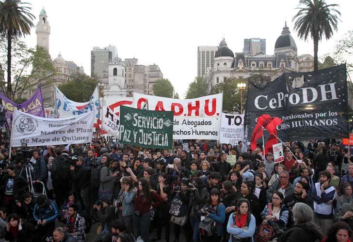 Agrupaciones políticas y organismos de derechos humanos marcharon por Jorge Julio López y reclamaron por Santiago Maldonado.