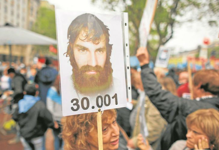 A woman holds a photo of Santiago Maldonado during a demonstration at Plaza de Mayo last Sunday. The number refers to the number of persons disappeared during the 1976-1983 dictatorship.