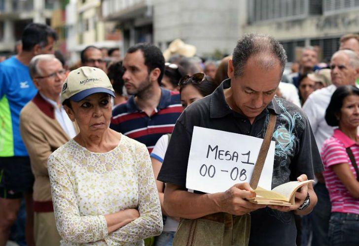 Citizens wait for voting in Venezuela.