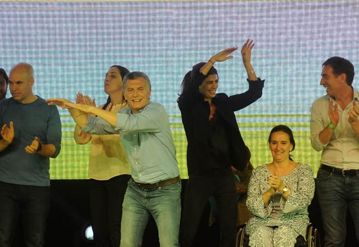 Mauricio Macri su familia, y parte de su equipo celebra la amplia ventaja conseguida en las legislativa.