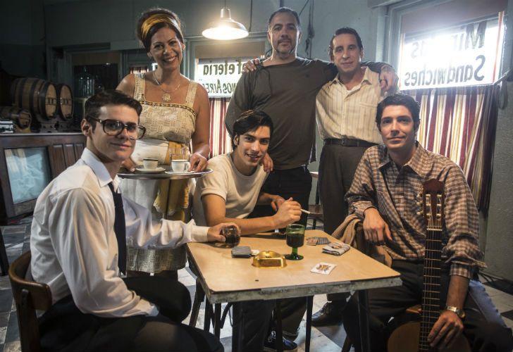 Adrian Caetano con el elenco de Sandro en un alto de la filmación