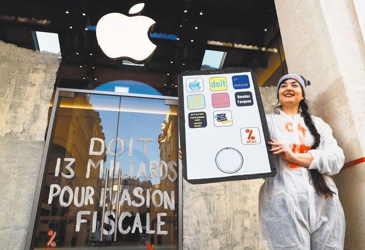Escrache. Una activista protesta en París contra Apple, una de las compañías que eluden al fisco.