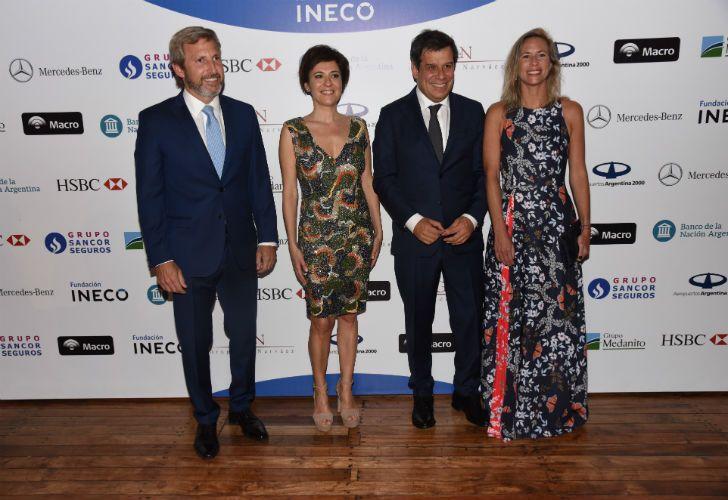 El ministro Rogelio Frigerio con su esposa son recibidos por los Manes.