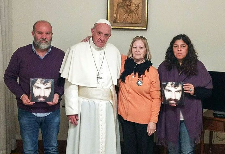Argentine-born Pope Francis welcomed the relatives of Santiago Maldonado to the Vatican, four months after the young artisan's dramatic disappearance in the Chubut river.