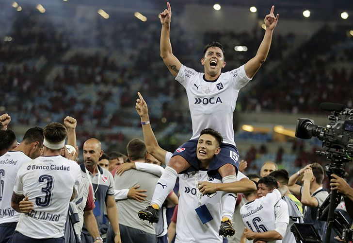 Independiente player Diego Rodríguez, top, celebrates with his teammates after they clenched the Copa Sudamericana championship title, after a 1-1 draw with Flamengo at Maracanã stadium in Rio de Janeiro last night.