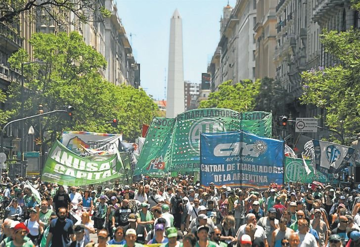 Hundreds of state workers protested downtown between the Obelisk and Plaza de Mayo on Thursday against 1,200 layoffs in the public sector at the close of 2017.