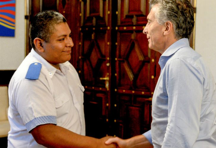 President Mauricio Macri welcomes police officer Luis Chobocar to Government House.