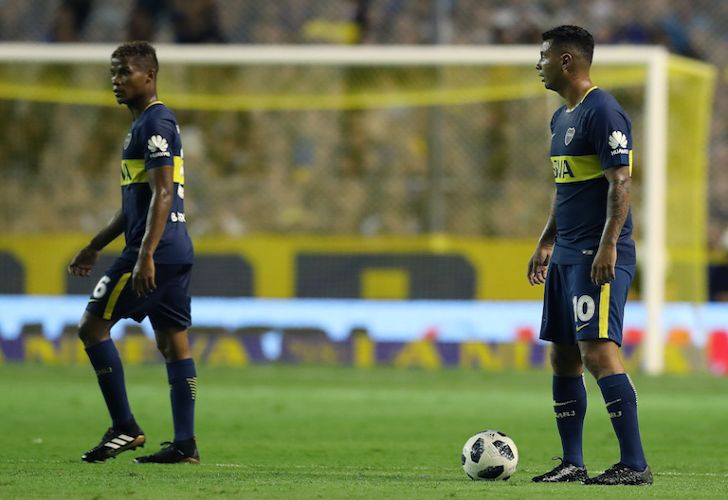 Colombian midfielders Edwin Cardona (R) and Wilmar Barrios look on during Boca Juniors' Superliga match against Colón at La Bombonera last week.