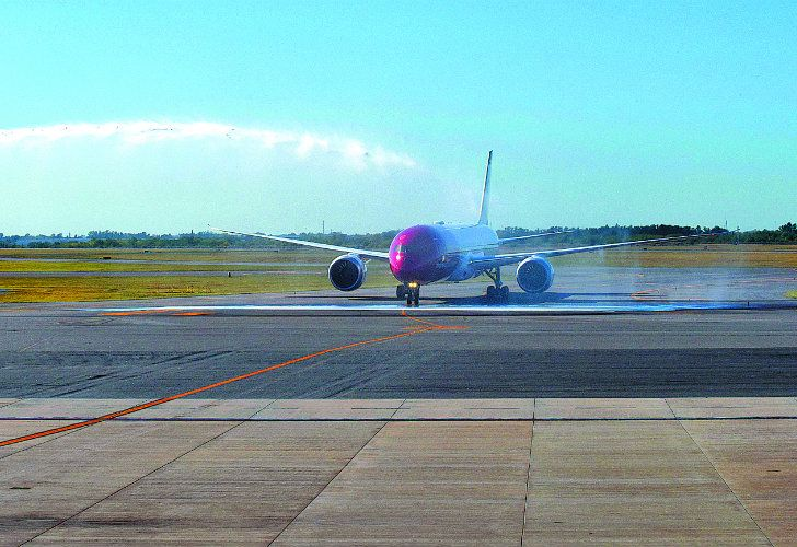 Norwegian Airlines' first flight to Buenos Aires was given the traditional welcome as it arrived at Ezeiza International Airport on Thursday.