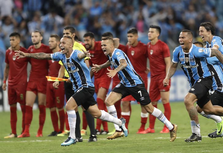 Gremio players celebrate winning the Recopa Sudamericana final against Independiente late Wednesday night.
