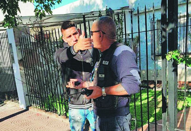Racing's Ricardo Centurión was filmed jumping a red traffic light in Lanús. The player, allegedly under the influence of alcohol, refused to take a breathalyser test when stopped by a traffic agent in the municipality, and offered to take care of the matter through a bribe.