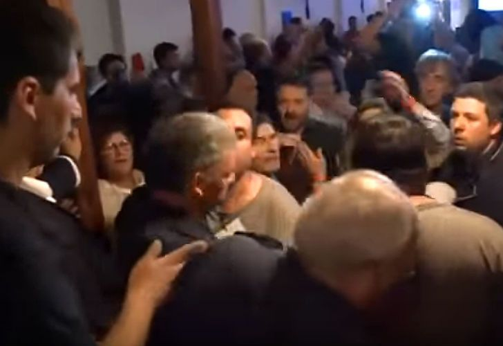 A fight breaks out at the public hearing into the low-cost airline FlyBondi's use of El Palomar airport in Greater Buenos Aires.