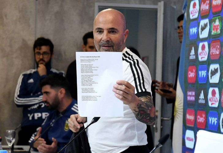 Sampaoli showing the list of players for the world cup