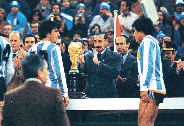 Former Argentine dictator Jorge Videla prepares to award the 1978 World Cup trophy to host team Argentina.