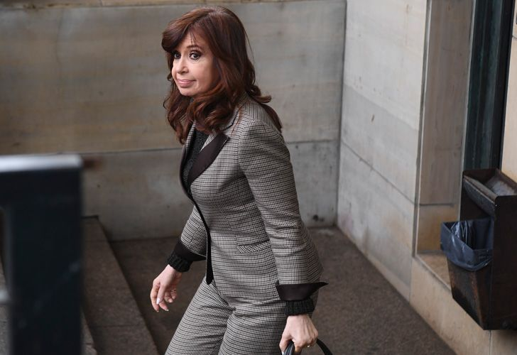 Former president Cristina Fernández de Kirchner leaves court after submitting a written statement to judge Claudio Bonadio on Monday, August 13, 2018.