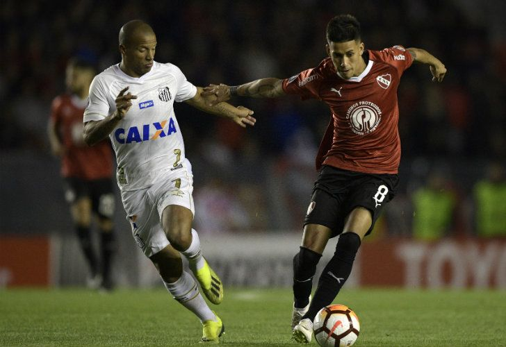 Independiente midfielder Maximiliano Meza (right) is challenged by Santos midfielder Carlos Sánchez during their Copa Libertadores match in Avellaneda on Tuesday.