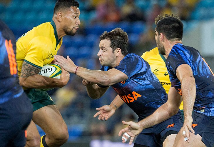 Argentina's Nicolás Sánchez tackles Australia's Israel Folau during their rugby union test match in the Gold Coast, Australia, on Saturday.