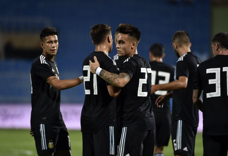 Lautaro Martínez celebrates his goal with his teammates during the friendly match against Iraq at the Faisal bin Fahd Stadium in Riyadh on Thursday evening.