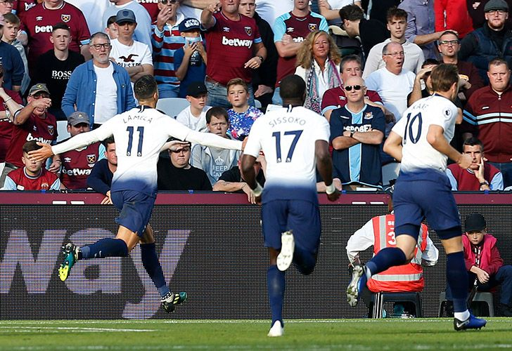 Tottenham Hotspur's Argentine midfielder Érik Lamela (left) celebrates after scoring their first goal during the English Premier League football match between West Ham United and Tottenham Hotspur at the London Stadium, in east London on October 20, 2018.