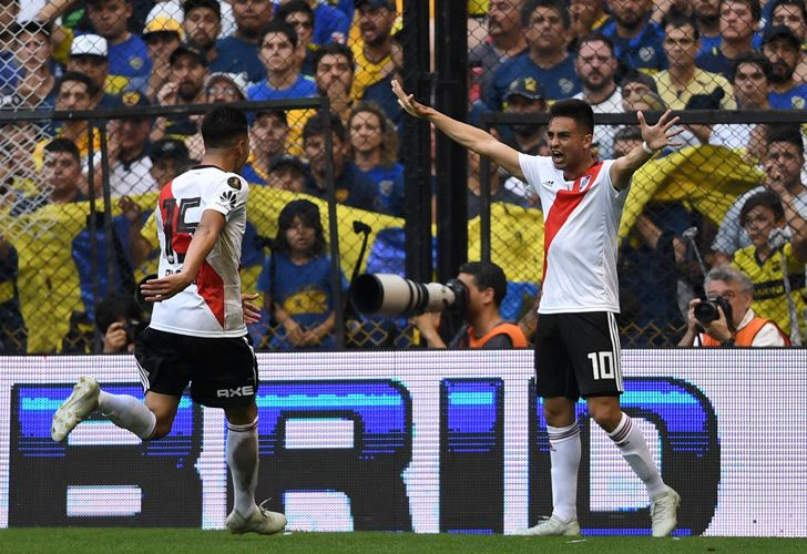 River Plate's Gonzalo Martínez (right) and teammate Exequiel Palacios celebrate an own goal by Boca Juniors' Carlos Izquierdoz during their first leg match of the Copa Libertadores final, at La Bombonera stadium, on November 11, 2018.
