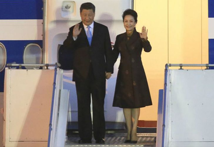Chinese President Xi Jingping and his wife arrive to Buenos Aires for the G20 Leaders Summit.