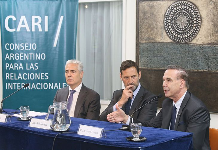 Senator Miguel Angel Pichetto (right) speaks alongside Federal Judge Sergio Torres (left) and lawyer Juan Felix Marteau (centre).